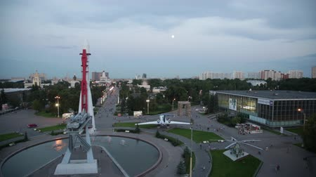 moskwa : RUSSIA, MOSCOW - JULY 29, 2015: A view from a roof of  Space pavilion on  of VDNKh, on the  rocket Vostok, pavilions and a main entrance in summer twilight.