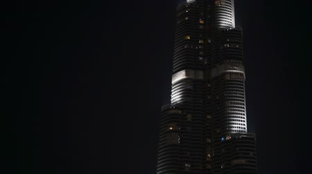 привлекать : DUBAI, UAE - JANUARY 2018: Burj Khalifa in the night time