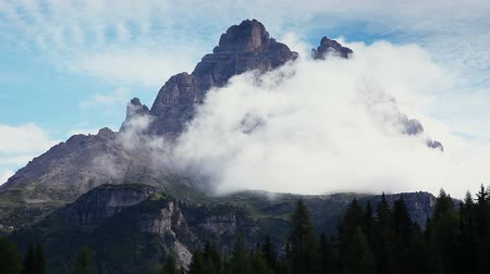 rochoso : A look at the large foggy spire in National Park Tre Cime di Lavaredo. Location Auronzo, Misurina, Dolomiti alps, South Tyrol, Italy, Europe. Explore the worlds beauty. Shooting in HD 1080 video. Vídeos