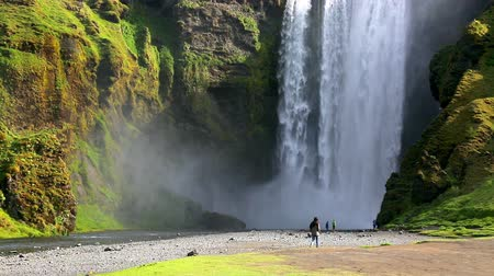 mocný : Famous Skogafoss waterfall. Popular tourist attraction. Location Skoga river, Iceland, Europe. Unique place on earth. Explore the worlds beauty. Save environment. Shooting in HD 1080 video. Dostupné videozáznamy