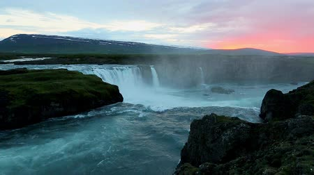 país das maravilhas : The rapid flow of water powerful Godafoss cascade. Popular tourist attraction. Unusual and gorgeous scene. Location place Bardardalur valley, Skjalfandafljot river, Iceland, Europe. Beauty world. Stock Footage