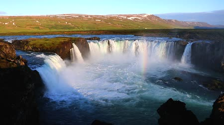 país das maravilhas : Nice views of the bright sunlit powerful Godafoss cascade. Popular tourist attraction. Unusual and picturesque scene. Location Bardardalur valley, Skjalfandafljot river, Iceland, Europe. Beauty world.
