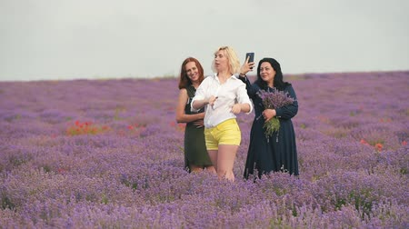 lavanda : Three girls do selfie in a lavender field.
