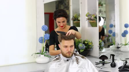 corte de cabelo : The young man at the hairdresser salon hairstyle make model
