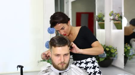 kuaför : The young man at the hairdresser salon hairstyle make model