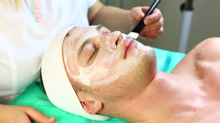 лицевой : man in the process of facials in beauty salon