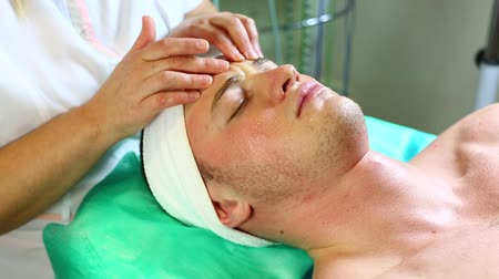 estância termal : man in a beauty salon facial and massage