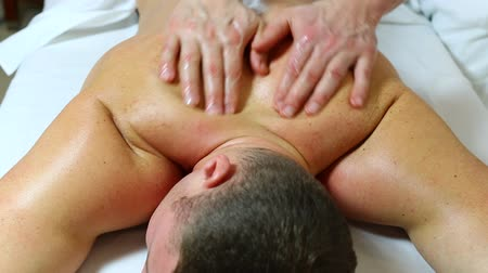 массаж : man doing sports massage at the massage parlor
