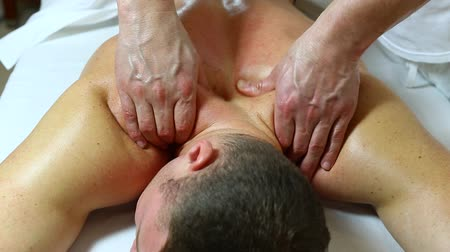 терапия : man doing sports massage at the massage parlor