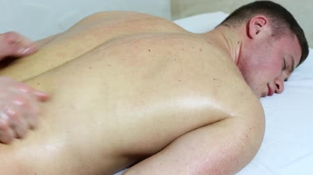 fizjoterapeuta : man doing sports massage at the massage parlor