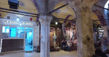 barganha : ISTANBUL, TURKEY - JUNE 6, 2016: The central and largest city in the Grand Bazaar, with many shops and workshops: 6 JUNE, 2016 in Istanbul, Turkey