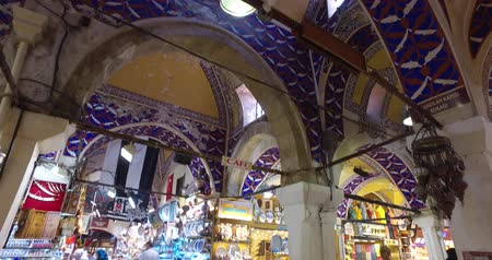 porselen : ISTANBUL, TURKEY - JUNE 6, 2016: The central and largest city in the Grand Bazaar, with many shops and workshops: 6 JUNE, 2016 in Istanbul, Turkey