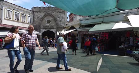 porselen : ISTANBUL, TURKEY - JUNE 6, 2016: The central and largest city in the Grand Bazaar, with many shops and workshops: JUNE 6, 2016 in Istanbul, Turkey