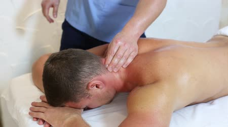 rehabilitasyon : young man on wellness treatments sports massage Stok Video