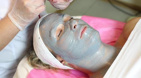 fogyókúra : process of massage and facials in beauty salon