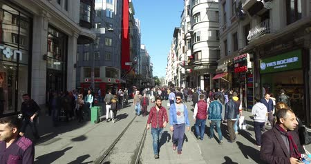 pedestres : ISTANBUL, TURKEY - APRIL 3, 2016: Istiklal Street pedestrian street of the city with an old tram and street musicians shops and restaurants: APRIL 3, 2016 in Istanbul, Turkey