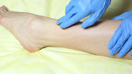 waxen : Epilation sugar processes woman passes in a beauty salon