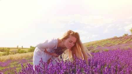 levandule : Lovely young woman in lavender field at sunny day, freedom concept
