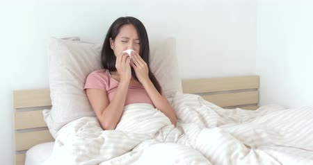 alergia : Woman suffer from nose allergy