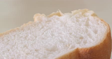 отскок : Hand touch the white bread