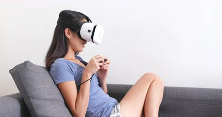 uykulu : Woman wearing virtual reality device at home Stok Video