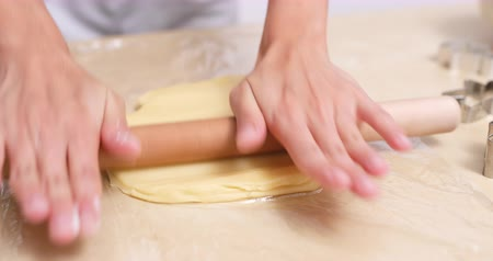 pergamen : Rolling dough for making cookies