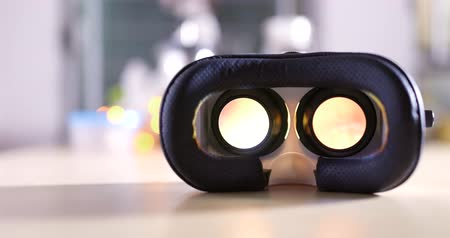 capacete : Virtual reality device playing video inside at home