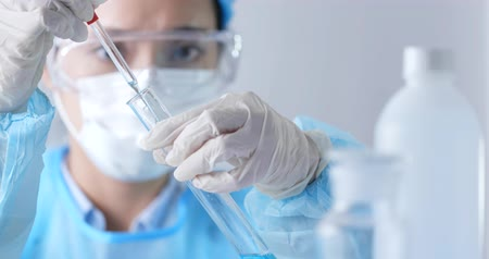 laboratorní plášť : Scientists researching in laboratory