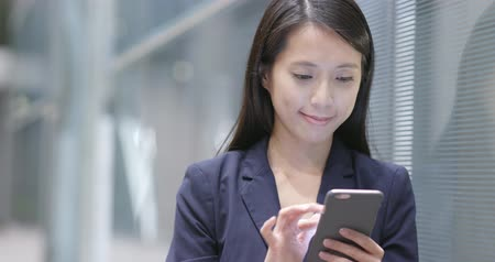 кафе : Businesswoman use of smart phone