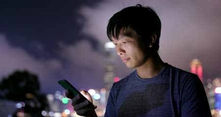 trabalho : Man use of smart phone in city at night Vídeos