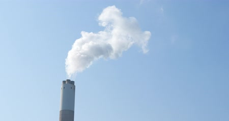 ferrugem : Smoke stack with a nice smoke over blue sky Stock Footage