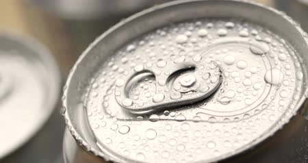 консервированный : Water droplets on can of soda or beer Стоковые видеозаписи