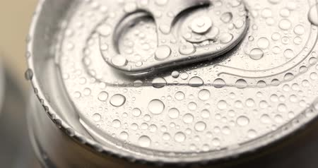 консервированный : Water droplets on aluminum can of soda or beer