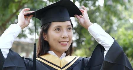 grãos : Graduation woman wearing mortarboard Stock Footage