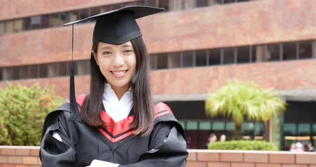 grãos : Confident woman get graduated in university Stock Footage