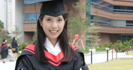 grãos : Young woman wearing graduation gown