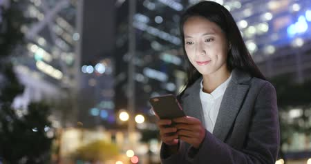 Business woman use of smart phone in city at night Dostupné videozáznamy