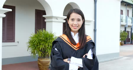 学士 : Woman get graduation in university campus
