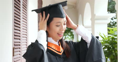 grãos : Woman wearing graduation in university