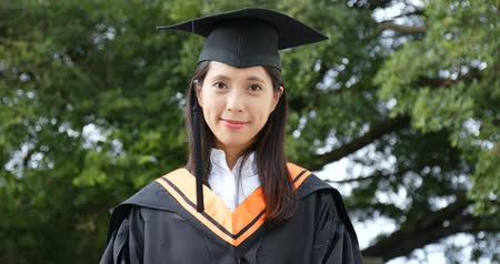 grãos : Asian woman wearing graduation gown