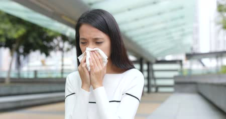 gripe : Young Woman sneeze at outdoor Vídeos