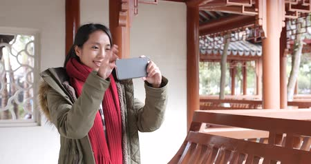 lenço : Asian woman visit chinese garden and using cellphone to taking photo and video Vídeos