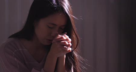 duch : Woman pray for god in the dark