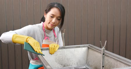 esfregão : Woman cleaning barbecue stove
