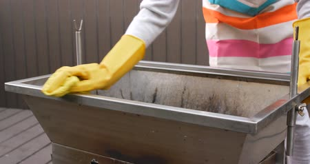 esfregão : Cleaning of barbecue oven at outdoor Vídeos