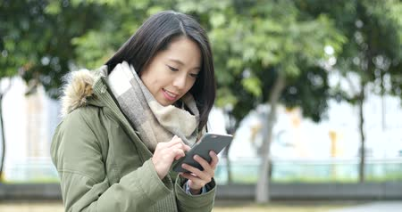 пальто : Asian Woman use of mobile phone at outdoor