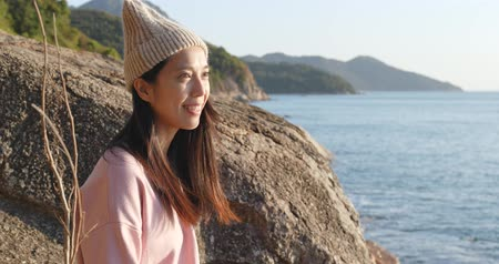 編み物 : Woman look in the seaside at sunset