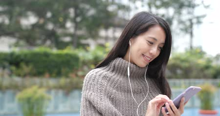 descarregamento : Woman listen to music on cellphone
