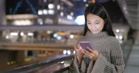 지위 : Woman using cellphone in city at night 무비클립