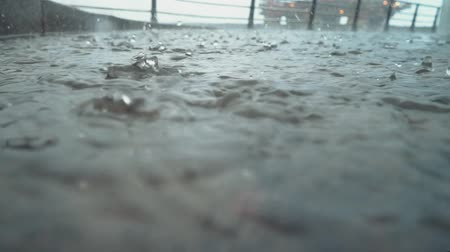 ancorado : Drops of rain on the deck of a ship docked in the port gloomy, rainy weather